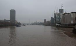 泰晤士河在中央伦敦,在一个灰色有雾的早晨 库存照片
