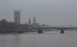 泰晤士河在中央伦敦,在一个灰色有雾的早晨 免版税库存照片
