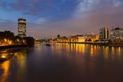 泰晤士河在伦敦在晚上 免版税库存图片