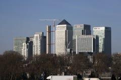 从泰晤士河的反面采取的金丝雀码头伦敦下午三点左右视图 图库摄影