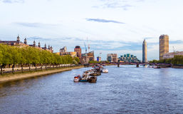 泰晤士河的看法往兰贝斯桥梁的 库存照片