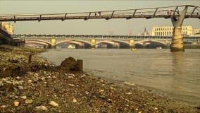 泰晤士河的银行在千年桥梁下 股票视频