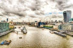 泰晤士河的鸟瞰图从塔桥梁,伦敦的 库存照片