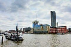泰晤士河码头河沿大厦伦敦英国 库存图片