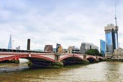 泰晤士河码头河沿大厦伦敦英国 免版税库存图片