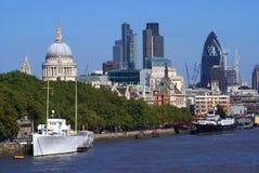 泰晤士河银行和地标在伦敦市,英国 库存照片