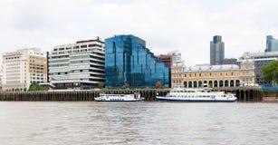 泰晤士河,伦敦,英国,河沿堤防 免版税库存图片