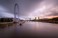 泰晤士河,威斯敏斯特在Eveni的宫殿和伦敦地平线 库存照片