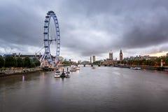 泰晤士河,威斯敏斯特在Eveni的宫殿和伦敦地平线 库存图片