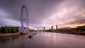 泰晤士河,威斯敏斯特在Eveni的宫殿和伦敦地平线 免版税库存照片