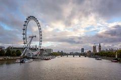 泰晤士河,威斯敏斯特宫殿和伦敦地平线 库存图片