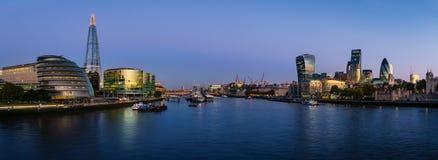 泰晤士河Panoramatic视图有现代伦敦都市风景的 库存图片