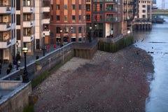 泰晤士的看法黄昏的在塔桥梁附近 作用低潮 免版税库存图片