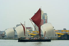 泰晤士穿过泰晤士Barrie的航行驳船 库存照片