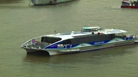 泰晤士飞剪机游船通过在塔桥梁下的,伦敦 影视素材