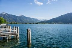 泰根塞在有木码头和阿尔卑斯的巴伐利亚 库存照片