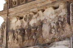 泰特斯曲拱的片段在罗马 免版税库存图片