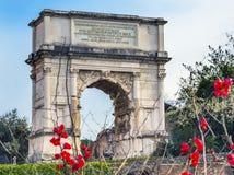 泰特斯曲拱耶路撒冷胜利红色开花罗马广场罗马意大利 库存照片