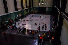 泰特现代艺术馆画廊的访客 免版税图库摄影