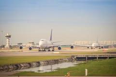 泰航飞机在跑道乘出租车在离开前在素万那普国际机场 库存图片