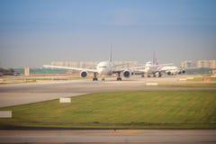 泰航飞机在跑道乘出租车在离开前在素万那普国际机场 免版税库存照片