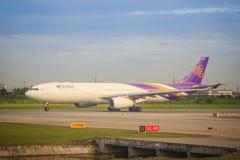 泰航飞机在跑道乘出租车在离开前在素万那普国际机场 图库摄影