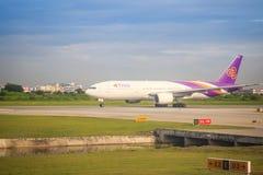 泰航飞机在跑道乘出租车在离开前在素万那普国际机场 免版税库存图片