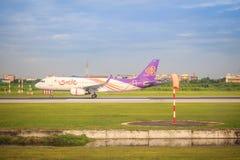 泰航飞机在跑道乘出租车在离开前在素万那普国际机场 库存照片