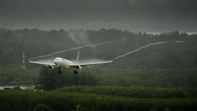 泰航飞机着陆在普吉岛 免版税图库摄影