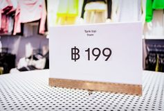 199泰铢低价标记衣物的在商店 图库摄影