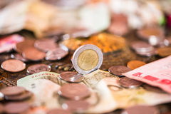 泰铢,金钱,泰国硬币 被排序的金钱泰国硬币浴楼梯 泰国的国王 财政规划,挽救的概念 库存照片