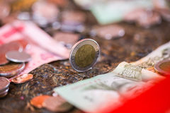 泰铢,金钱,泰国硬币 被排序的金钱泰国硬币浴楼梯 泰国的国王 财政规划,挽救的概念 图库摄影