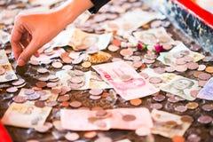 泰铢,金钱,泰国硬币 被排序的金钱泰国硬币浴楼梯 泰国的国王 财政规划,挽救的概念 免版税库存照片