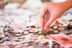 泰铢,金钱,泰国硬币 被排序的金钱泰国硬币浴楼梯 泰国的国王 财政规划,挽救的概念 库存图片