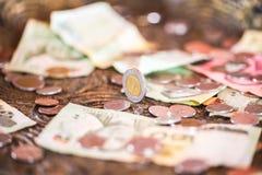 泰铢,金钱,泰国硬币 被排序的金钱泰国硬币浴楼梯 泰国的国王 财政规划,挽救的概念 免版税库存图片
