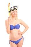 泳装的可爱的妇女与潜航的屏蔽 免版税图库摄影