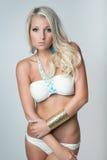 泳装的可爱的白肤金发的女孩 免版税库存图片
