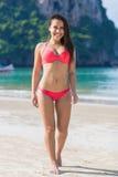 泳装的可爱的年轻白种人妇女在海滩,愉快的微笑女孩蓝色海水假日 库存照片
