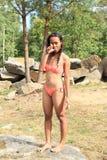 泳装的女孩在岩石 免版税库存照片
