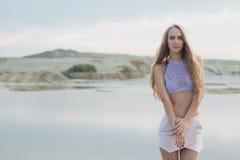 泳装的女孩在海 免版税库存图片
