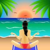 泳装的女孩在莲花坐背面图,参与瑜伽,凝思在海滩,在日落或日出 皇族释放例证