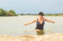 泳装的女孩在水外面 免版税图库摄影