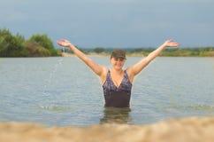 泳装的女孩在水外面 免版税库存图片