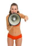 泳装的恼怒的少妇呼喊通过扩音机的 图库摄影