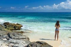 泳装的美丽的女孩在海 有美丽的妇女 图库摄影