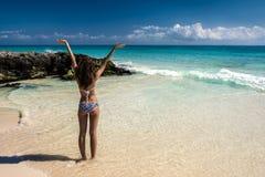 泳装的美丽的女孩在海 有美丽的妇女 免版税库存照片