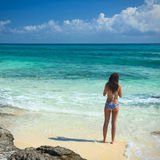 泳装的美丽的女孩在海 免版税库存照片