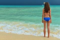 泳装的美丽的女孩在热带海 有b的妇女 免版税库存照片