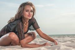 泳装的美丽的妇女在海滩 免版税库存图片