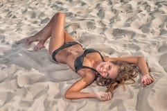 泳装的美丽的妇女在海滩 免版税库存照片